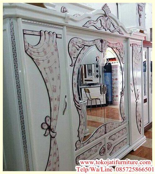 https://furnitureklasikan.com/wp-content/uploads/2018/03/Lemari-6-Pintu-Ukiran-Mewah-Jepara.jpg